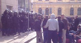 Police force back activists blocking Russian Sberbank outlet in Kharkiv. VIDEO+PHOTOS
