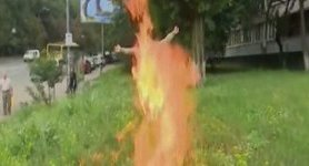Volunteer soldier Ulianov sets himself on fire during rally outside Defense Ministry. VIDEO