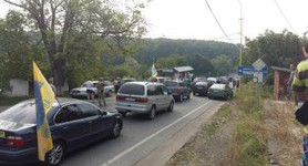 Owners of vehicles with foreign license plates blocked checkpoint in Zakarpattia demanding to prolong period of transit. PHOTO