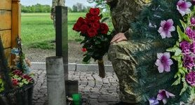 Poroshenko visits monument to fallen defenders of 10th checkpoint in Donbas. PHOTOS